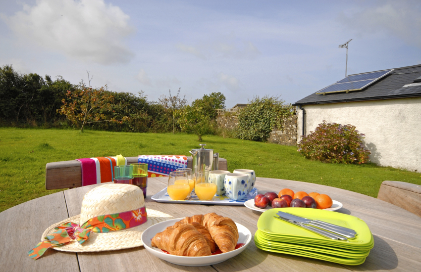 Abereiddy family holiday home with private gardens