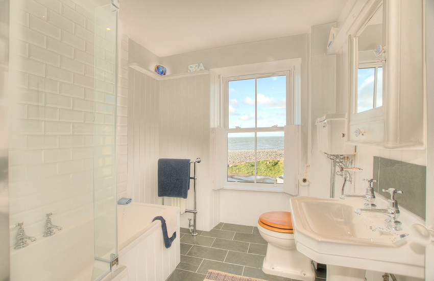 Aberaeron holiday house - 1st floor bathroom