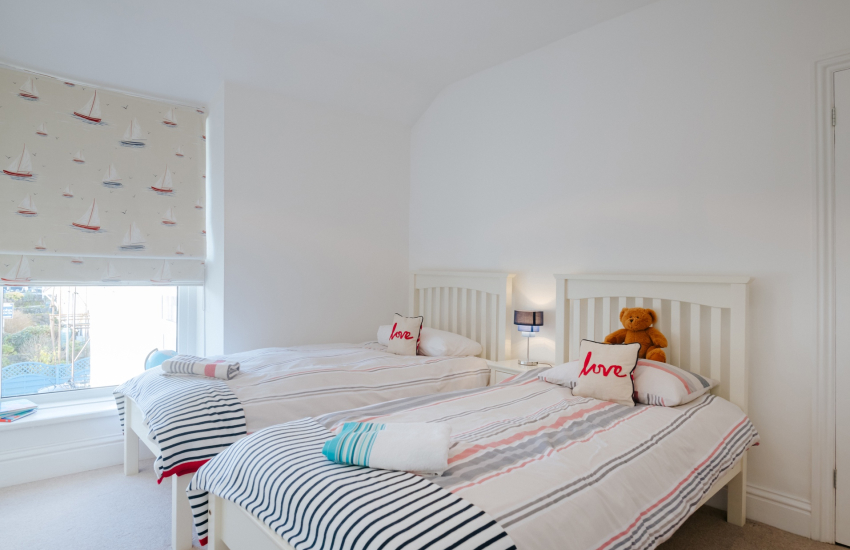 Three Cliffs Bay holiday cottage - twin bedroom