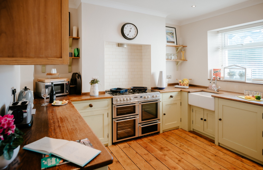 Mumbles lighthouse close by cottage - kitchen