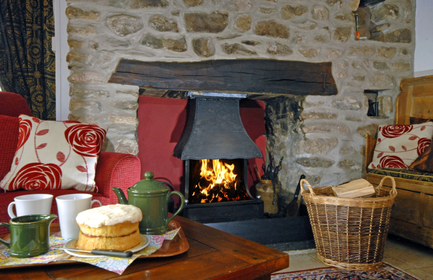 St Davids holiday cottage - relax and dine with friends and family