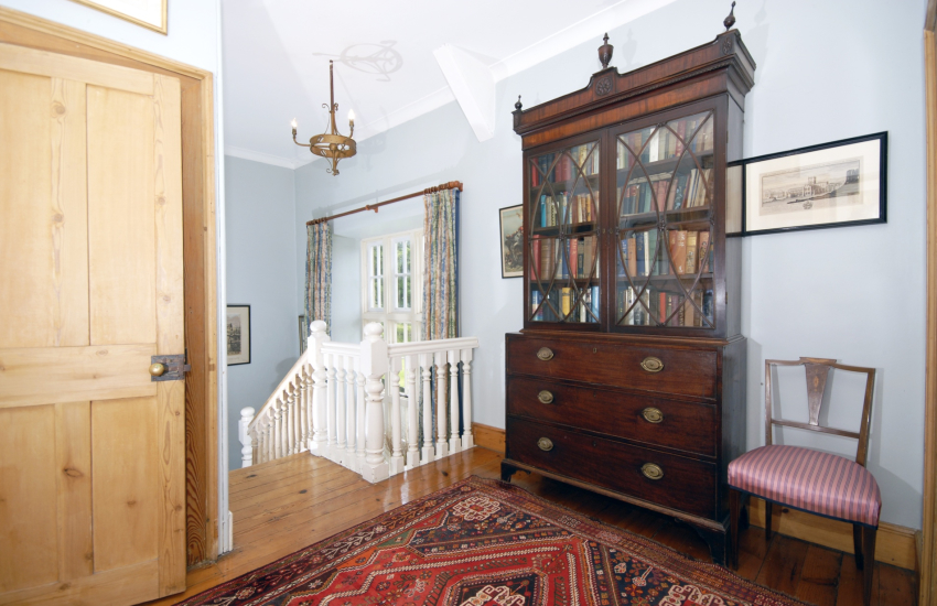 Welsh home for holidays with fine antiques - 1st floor landing
