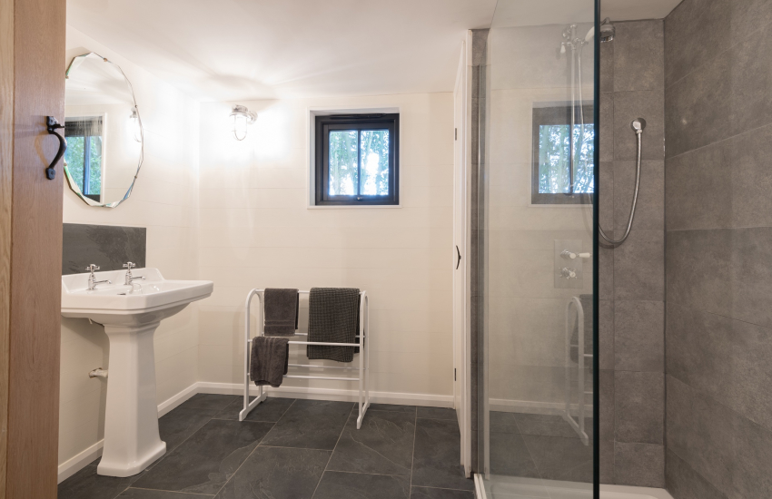 Welsh retreat in a rural location - shower room