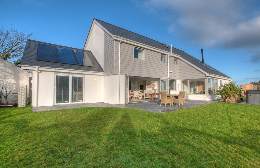 Pet friendly holiday cottage with hot tub north Wales coast - ext
