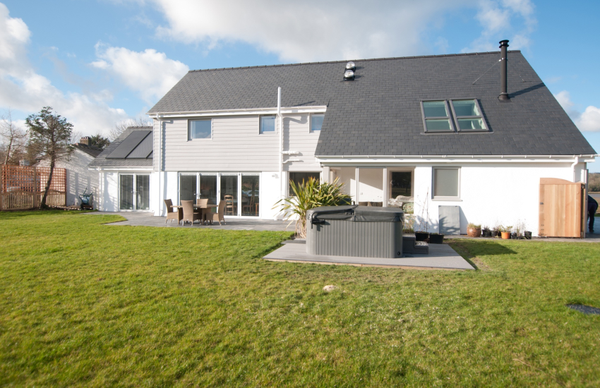 Luxury holiday cottage Anglesey with hot tub - ext
