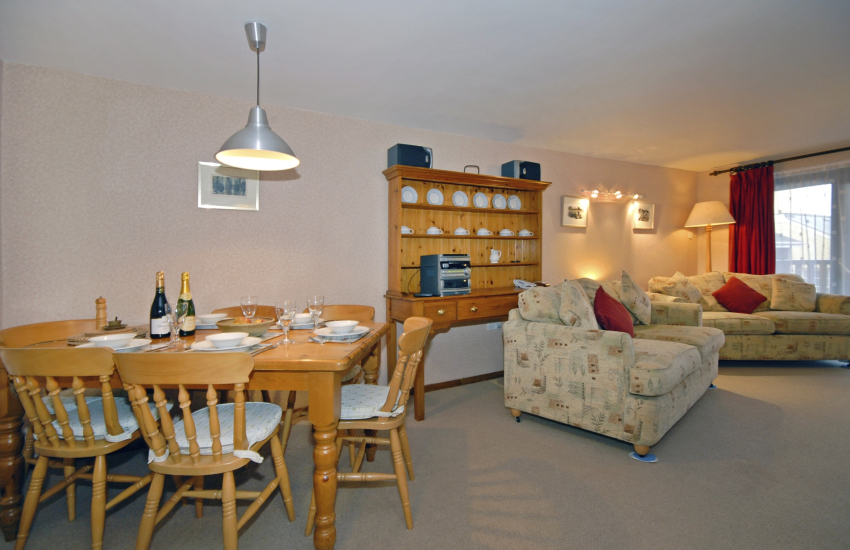 St Davids holiday apartment - Open plan kitchen/dining/living room