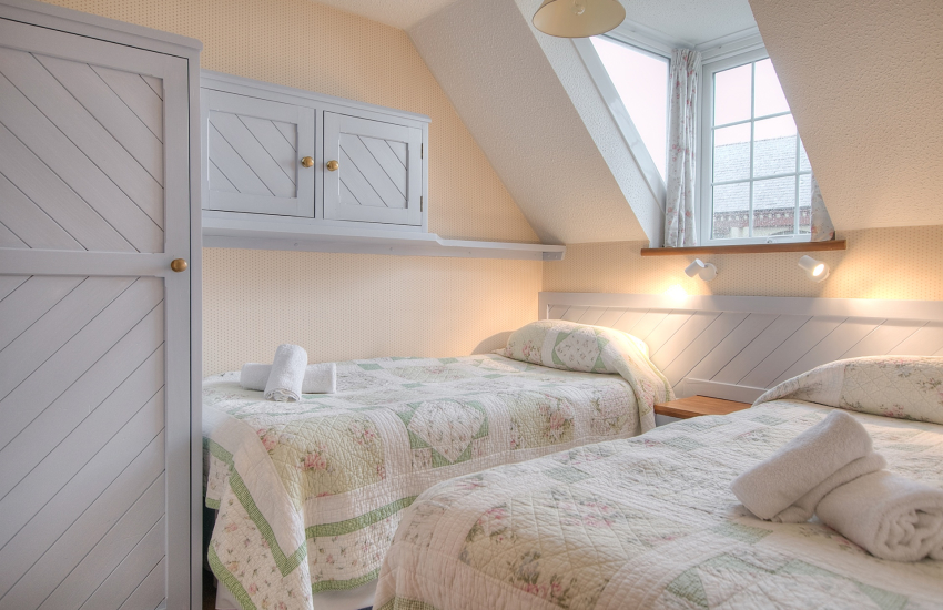 St Davids holiday apartment - twin bedroom