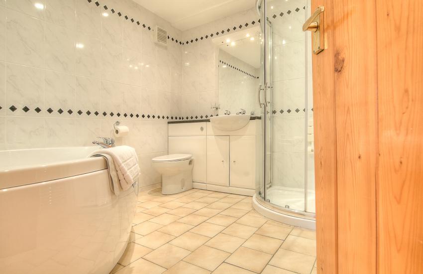 Romantic holiday apartment sleeps 2  - bathroom