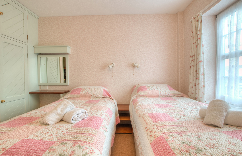 St Davids holiday cottage - twin bedroom