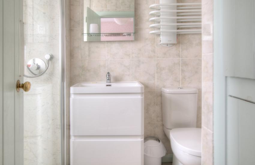 St Davids self catering cottage - bathroom