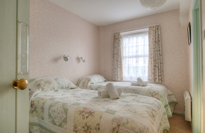 St Davids holiday apartment - bedroom
