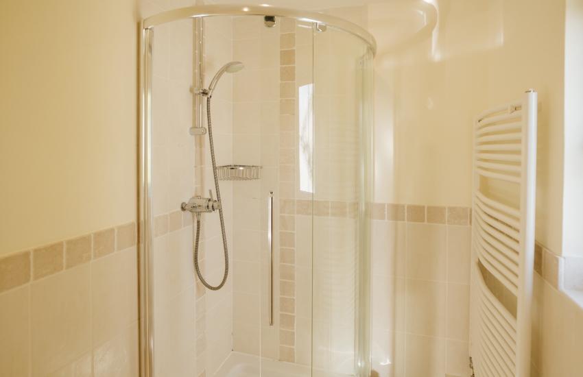 Pobbles beach holiday cottage - en-suite shower room