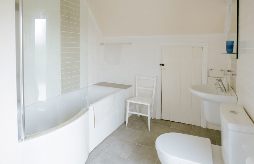 Pobbles beach holiday cottage - family bathroom