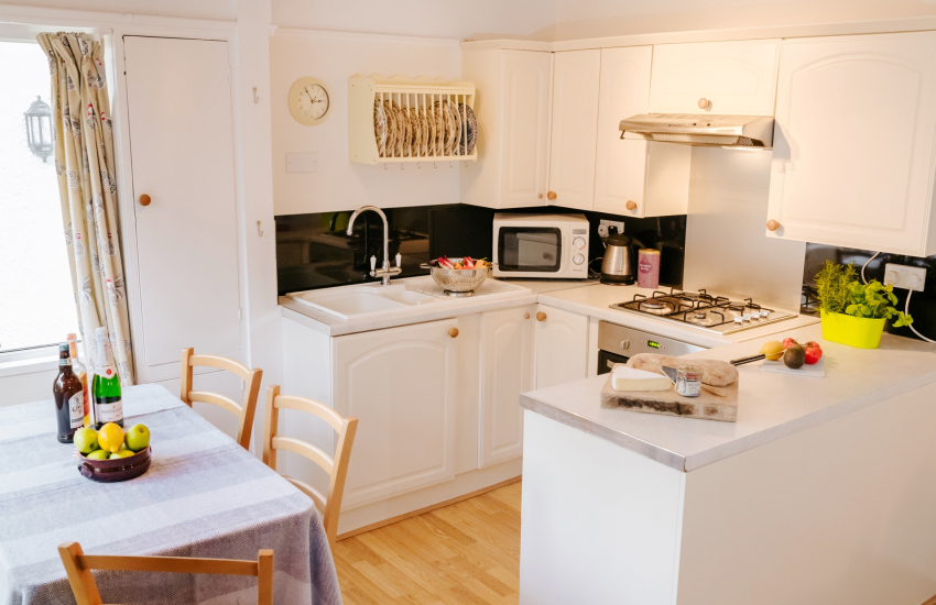 Pobbles beach cottage holiday - kitchen