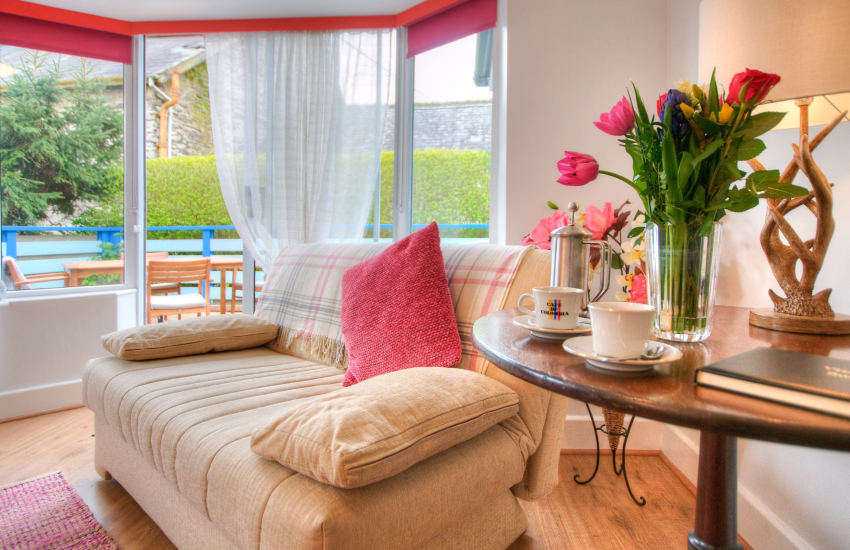 Borth y Gest holiday cottage - sofa