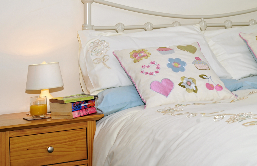 Criccieth holiday cottage - bedroom