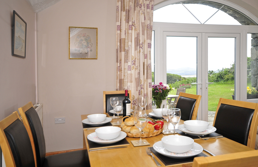 Holiday cottage close to Black Rock Sands - dining room