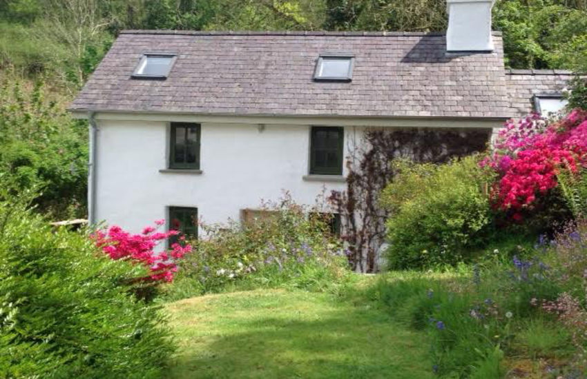 Rural holiday cottage pet friendly Wales - exterior