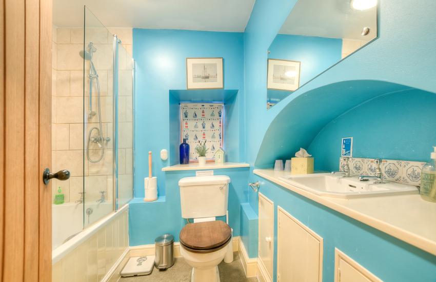Glasbury holiday cottage - bathroom