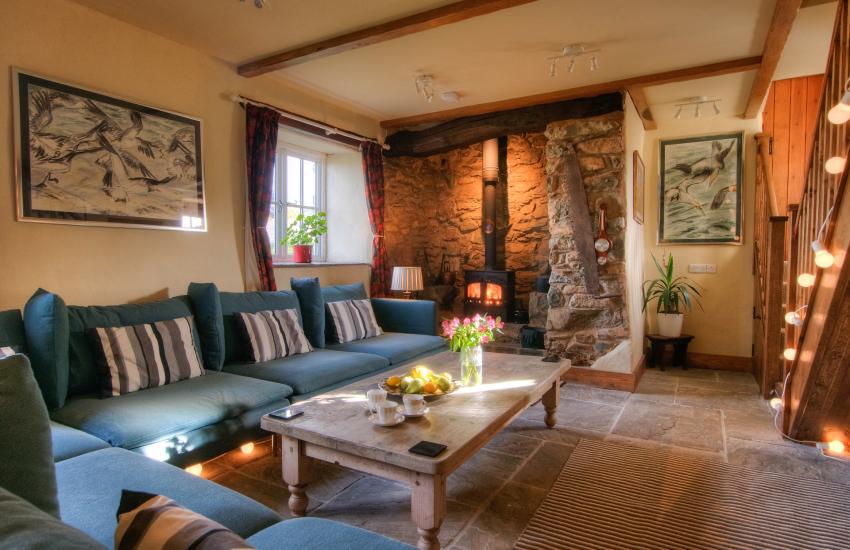 Pembrokeshire coastal cottage with hot tub - lounge