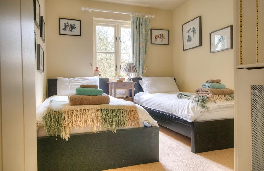 Holiday cottage Newport Pembrokeshire - twin bedroom ground floor