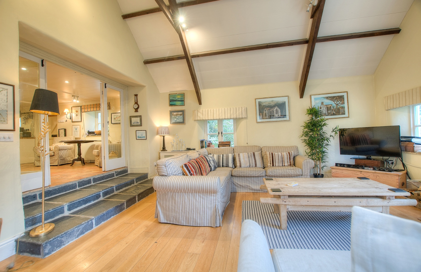 4 bedroomed pet friendly holiday cottage Newport Pembrokeshire - lounge