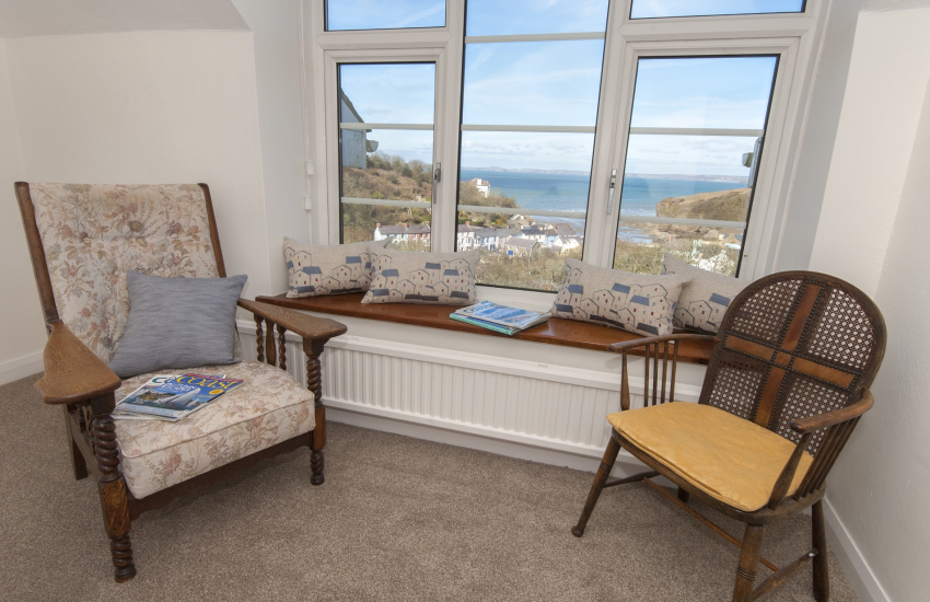 Little Haven holiday home - king size bedroom with seaside views