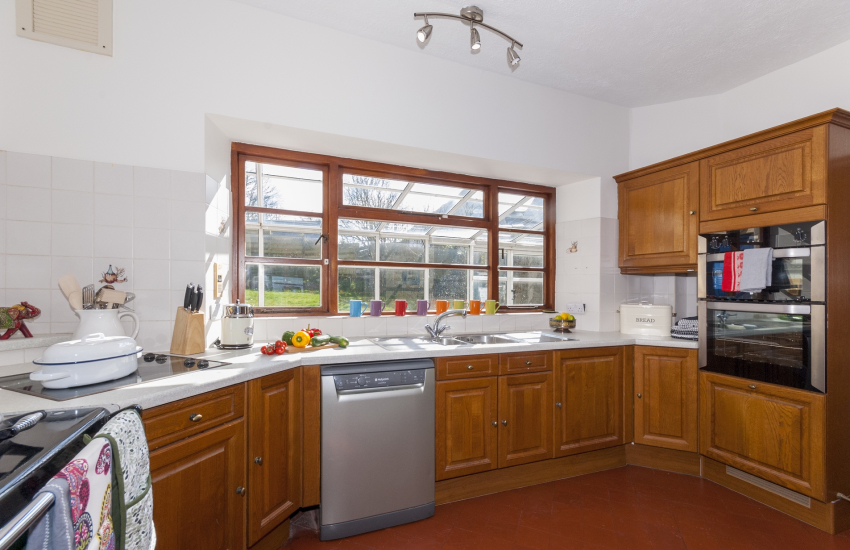 Self catering Little Haven - spacious country style kitchen