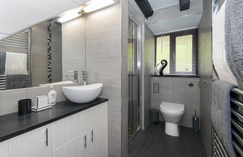 Cwm Tydu holiday cottage - modern shower