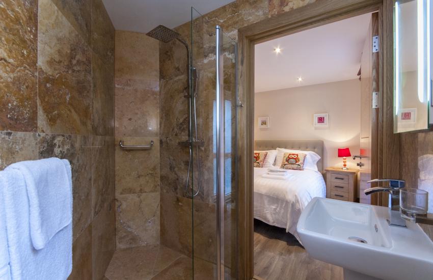 Solva holiday cottage - ground floor double en-suite shower room