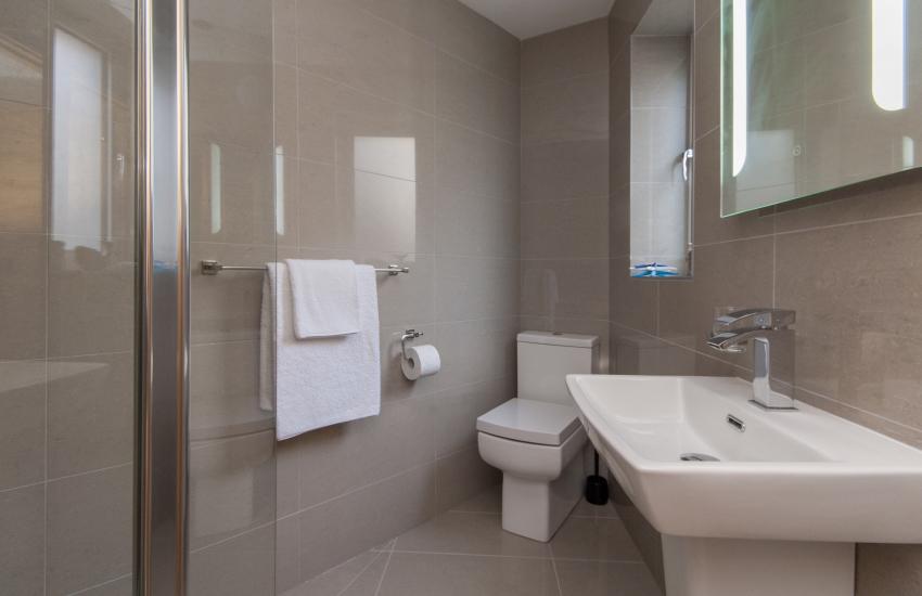 Solva holiday house - ground floor twin en-suite walk in shower room