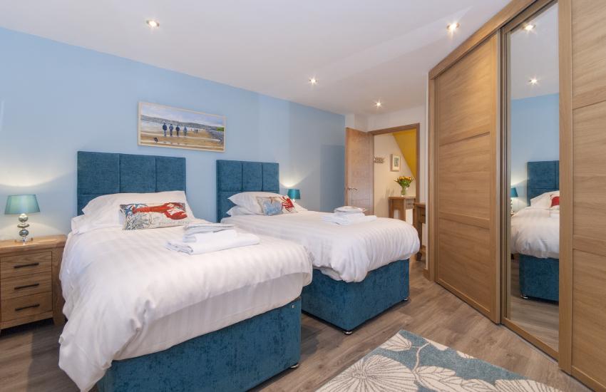 Solva holiday home sleeps 10 people - ground floor twin with walk in en suite shower