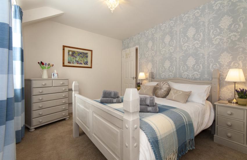 Pembroke Castle holiday cottage sleeps 2 - king size bedroom