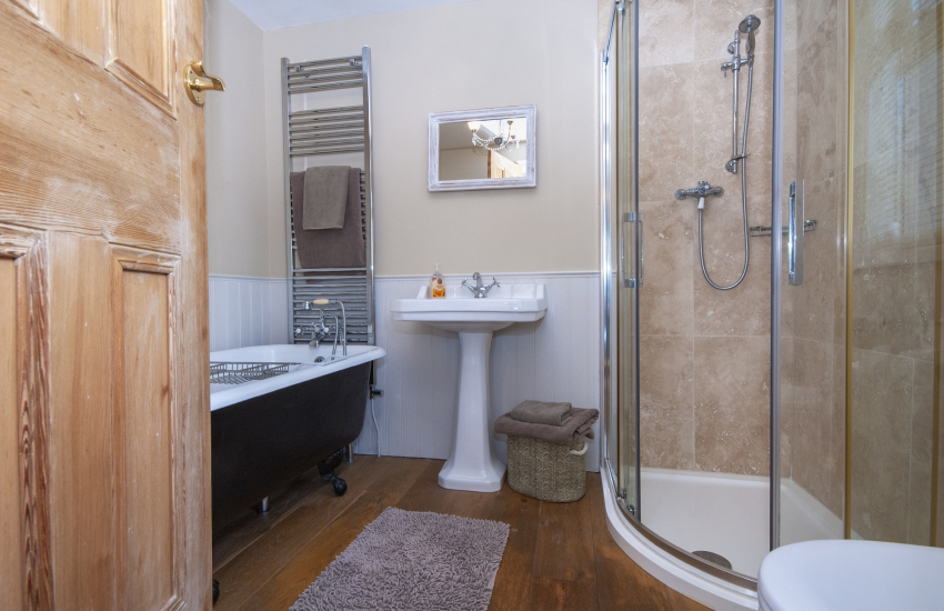 Pembrokeshire holiday cottage - master en-suite with roll top bath and shower