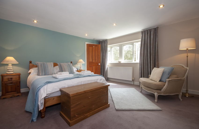 Abermawr holiday cottage - spacious king size bedroom