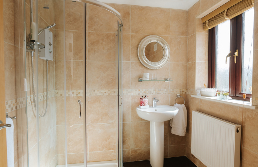 Ty Owen Glyndwr holiday house-double bedroom en-suite