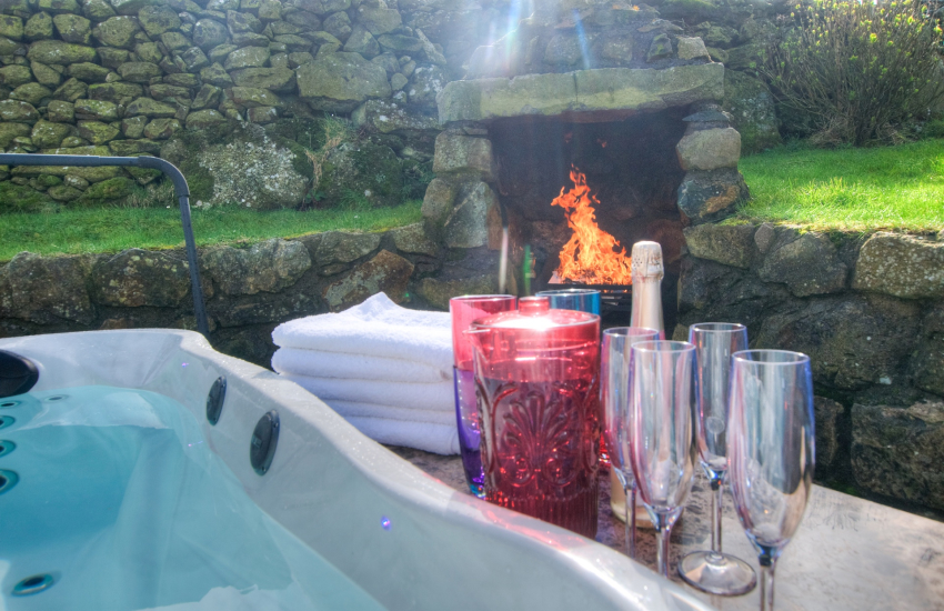 Hells Mouths holiday cottage - hot tub