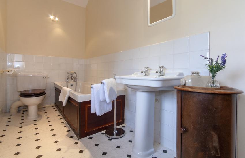 Gower holiday home - first floor bathroom adjacent to master bedroom