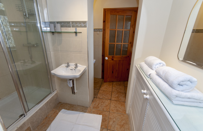 Llangennith holiday home - en-suite double shower with toilet