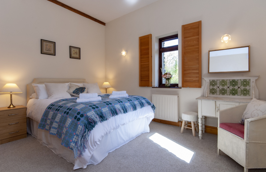 Three Cliffs Bay holiday home - double bedroom with en suite shower