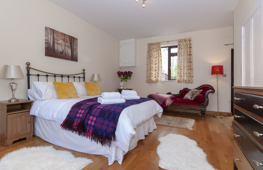 Llangennith holiday home - double bedroom with en suite shower/toilet