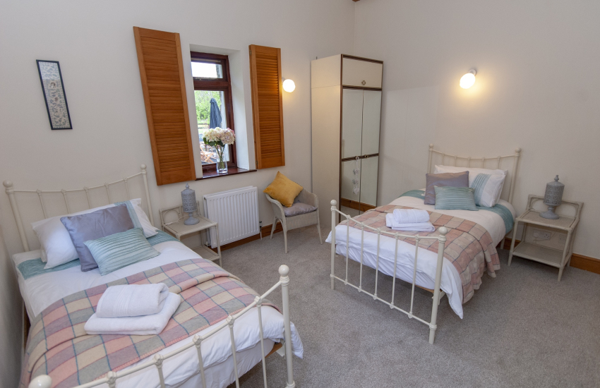 Gower holiday house - twin room en suite shower