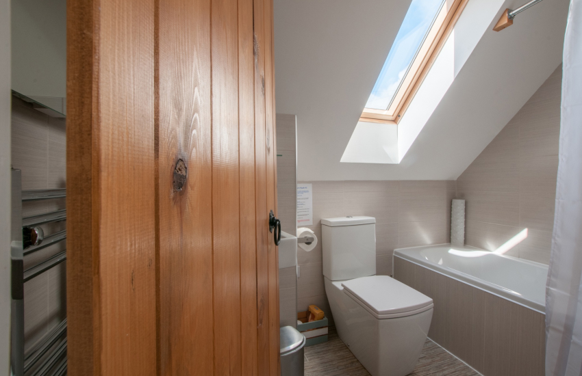 Pet friendly Anglesey holiday cottage - ground floor bathroom