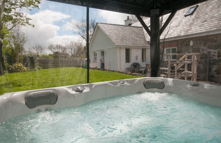 Anglesey cottage with hot tub