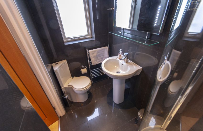 North Pembrokeshire holiday cottage - master en-suite shower