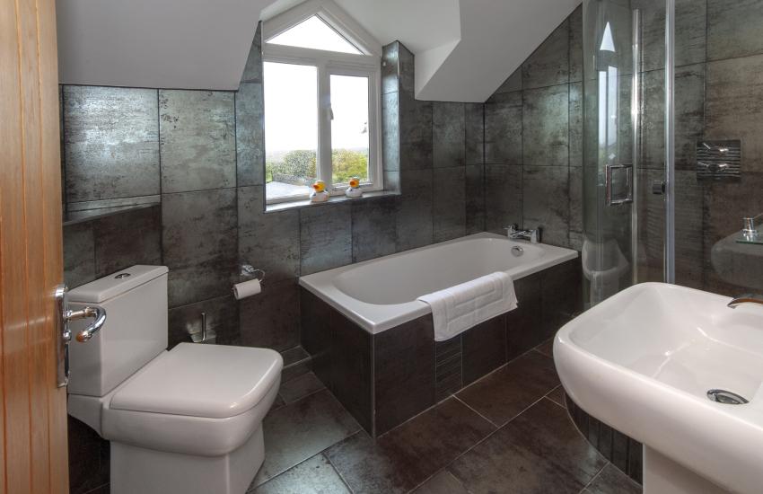 Trefin holiday cottage - family bathroom