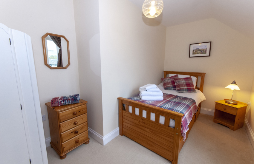 Pembrokeshire Cottage sleps 8 - twin bedroom (with pull out truckle bed)