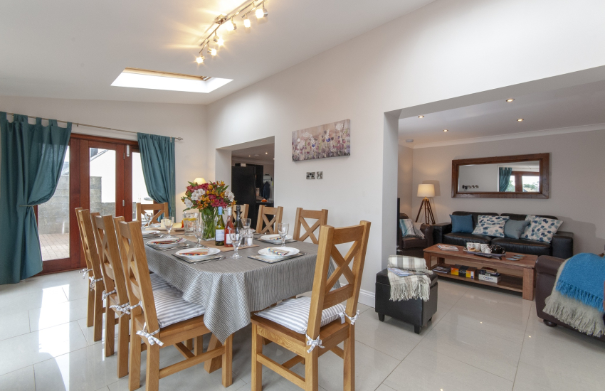 Trefin holiday cottage with spacious dining room and folding patio doors to the garden