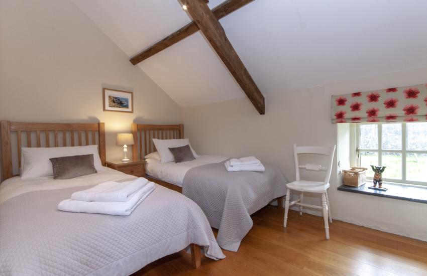 Pembrokeshire holiday cottage sleeping 5 - twin bedroom
