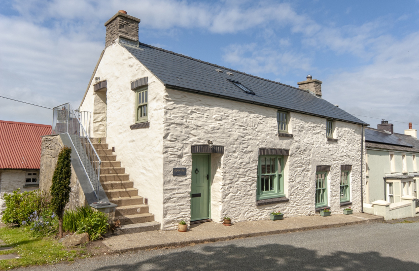 North Pembrokeshire restored Welsh cottage in Mathry village - pets welcome